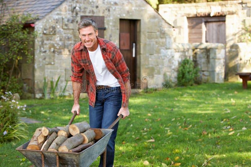 W ogródzie mężczyzna działanie zdjęcia royalty free