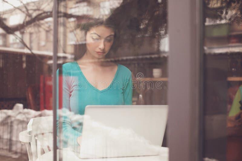 W okno jest freelancer obraz stock