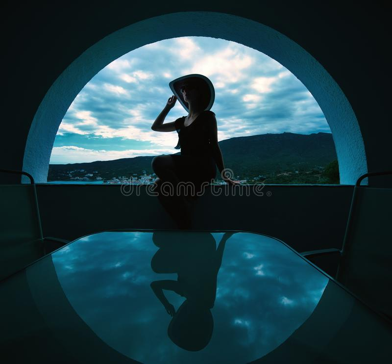 W okno kobiety obsiadanie zdjęcie royalty free