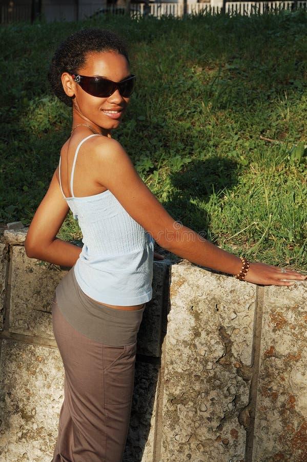 W okulary przeciwsłoneczne szczęśliwa czarny dziewczyna fotografia stock