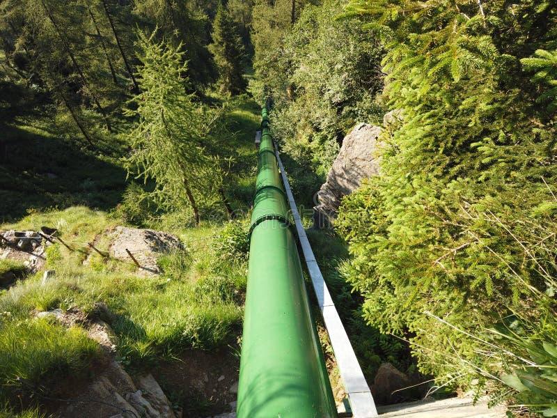 W?oscy Alps W?ochy Wymuszony wodny przewód który niesie wodę od tamy elektrownia dla wytwarzanie siły obraz stock