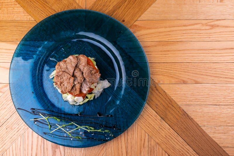 W?oski karmowy t?o Mozzarella ser, ?wie?y basil opuszcza, pomidory, oliwa z oliwek, mi?so na talerzu Caprese salat obraz royalty free