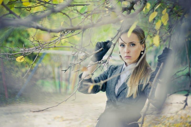 W parku ładna dziewczyna obrazy royalty free