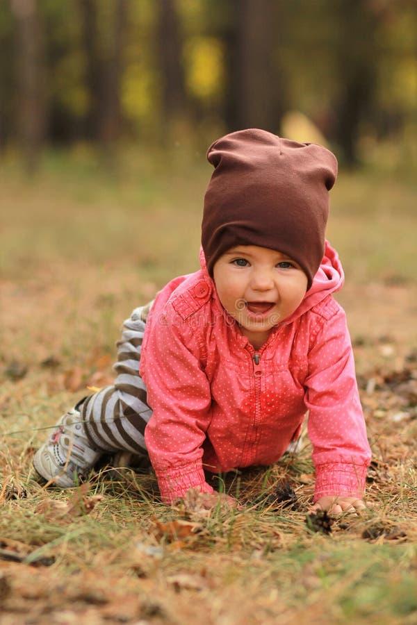 W parku śliczna dziewczynka zdjęcie royalty free