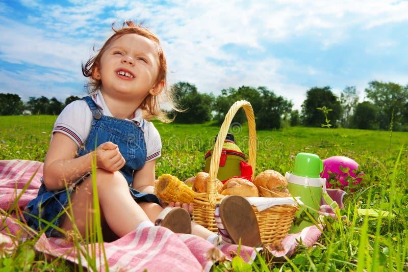 W parku mały picnicker zdjęcie stock