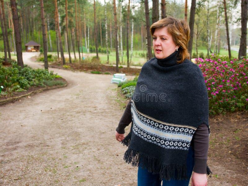 W parku park kobieta fotografia stock