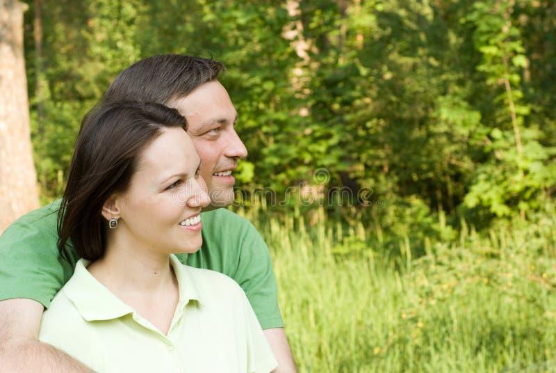 W parku szczęśliwa para zdjęcie stock