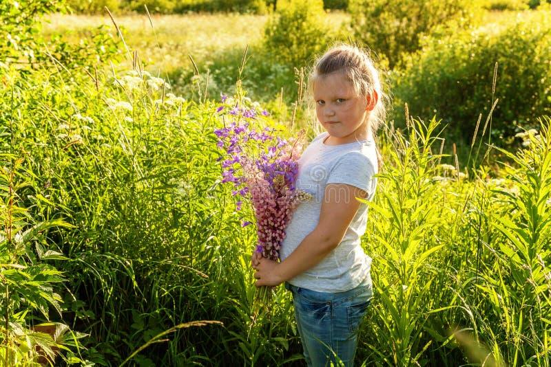 W parku uśmiechnięta mała dziewczynka obrazy royalty free