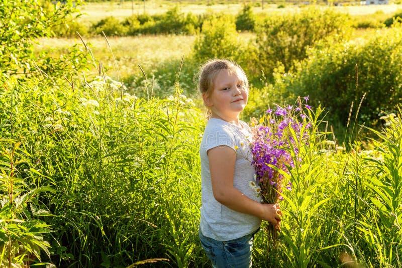 W parku uśmiechnięta mała dziewczynka zdjęcie stock
