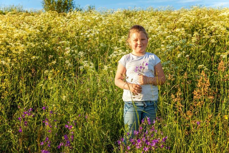 W parku uśmiechnięta mała dziewczynka obraz stock