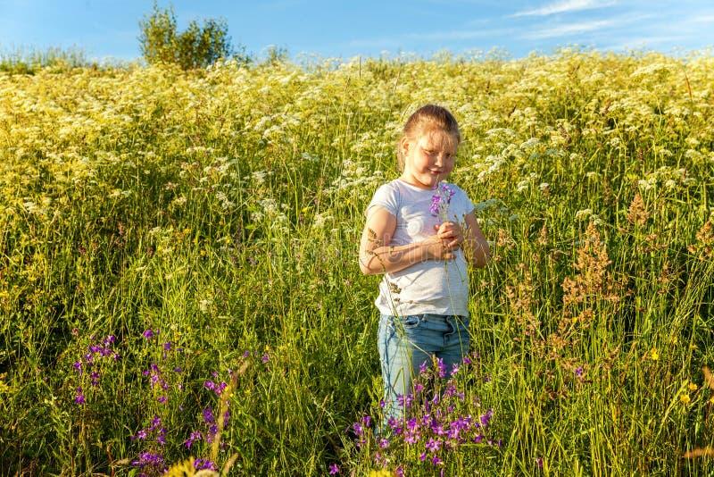 W parku uśmiechnięta mała dziewczynka obrazy stock
