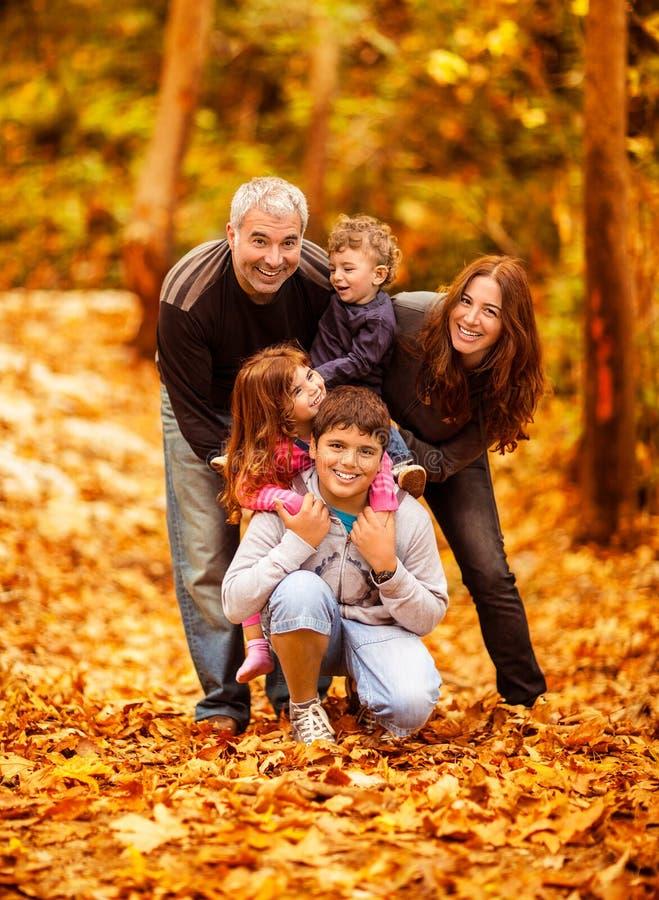 W parku urocza rodzina obrazy royalty free
