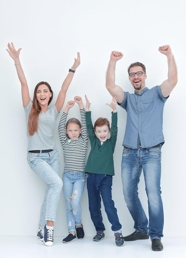 W pełnym przyroscie bardzo szczęśliwa rodzina z dwa dziećmi zdjęcie stock