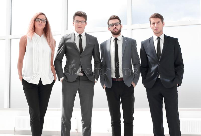 W pełnym przyroscie Biznes drużynowa pozycja w biurze zdjęcia stock