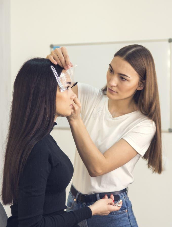W piękno salonie robi makeup Mistrz i klient , piękno stylisty brwi kształtować fotografia royalty free