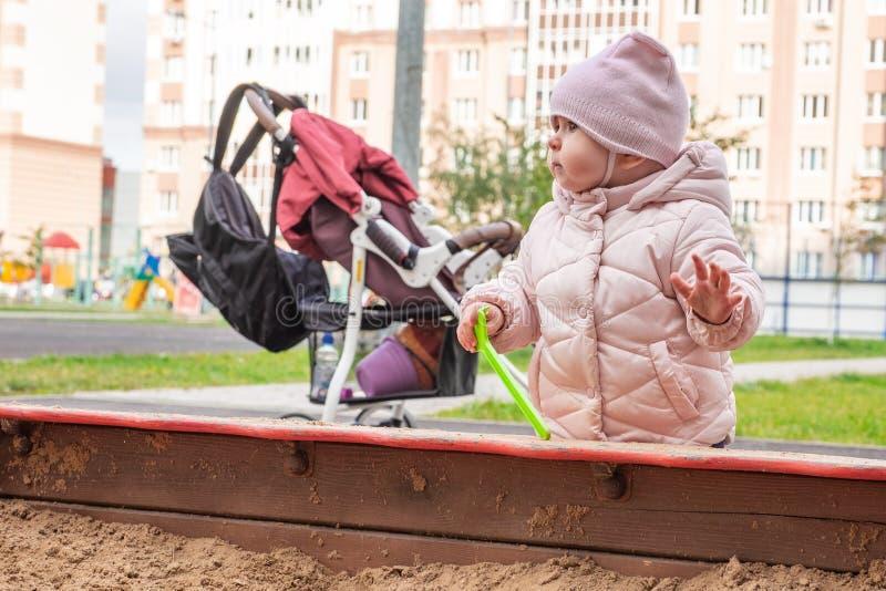 W piaskownicy ślicznym dziecku plenerowym zdjęcia royalty free