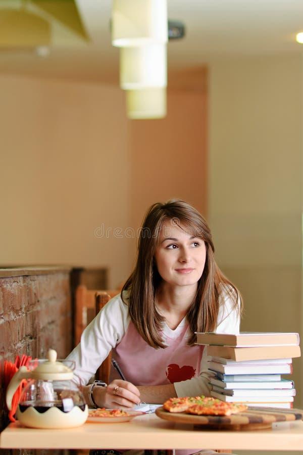 W pizzeria żeński Uczeń obraz stock