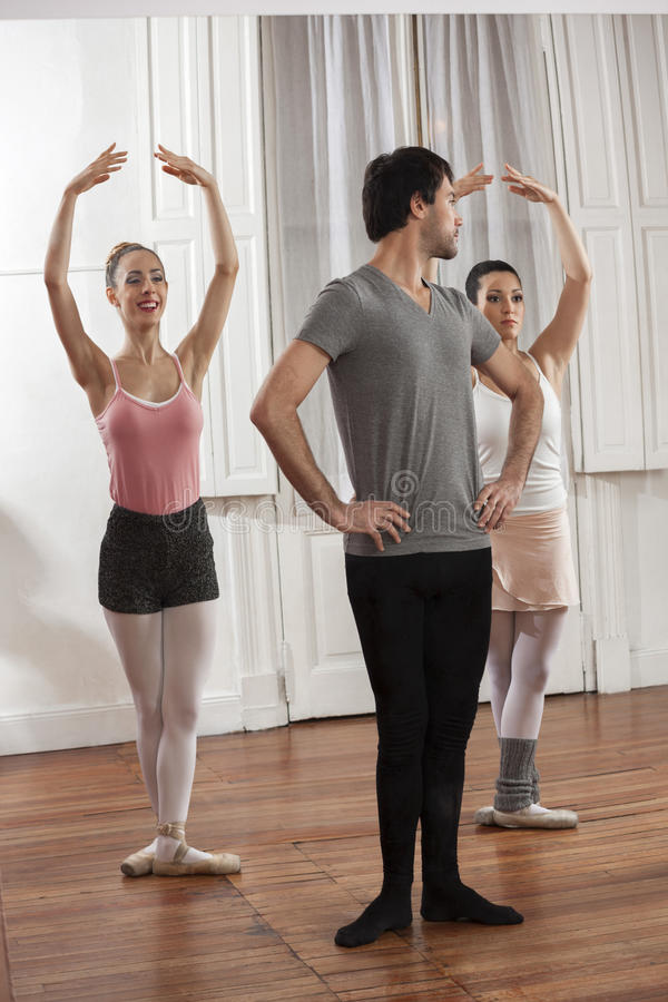 W połowie Dorosły mężczyzna Trenuje Baletniczych tancerzy W studiu obrazy stock