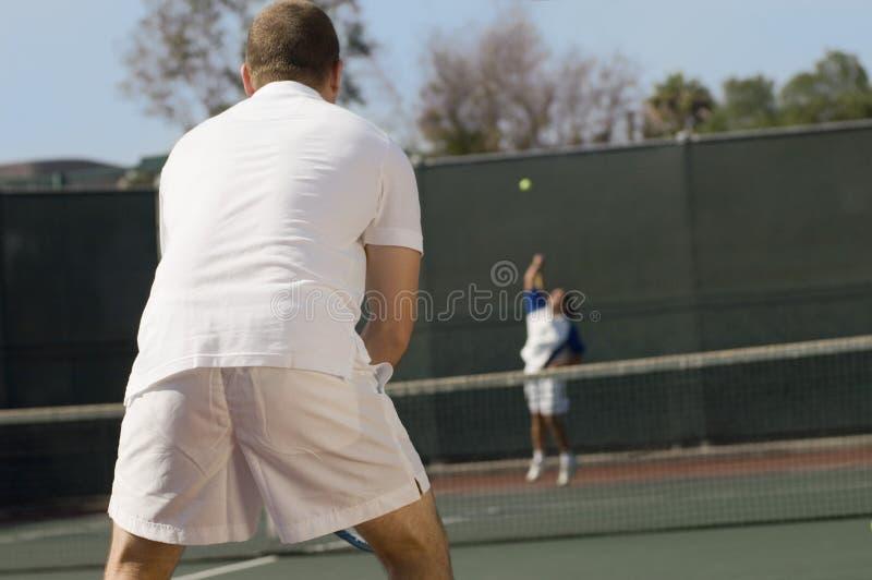 W połowie Dorosli mężczyzna Bawić się tenisa fotografia royalty free