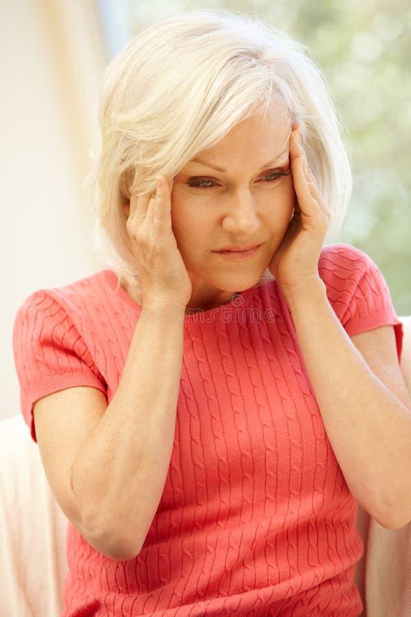 W połowie pełnoletnia kobieta z migreną zdjęcia stock