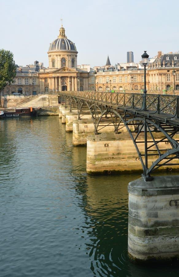 W połowie ranek przy Pont Des sztuk mostem de Francja Buildin & Institut zdjęcie royalty free