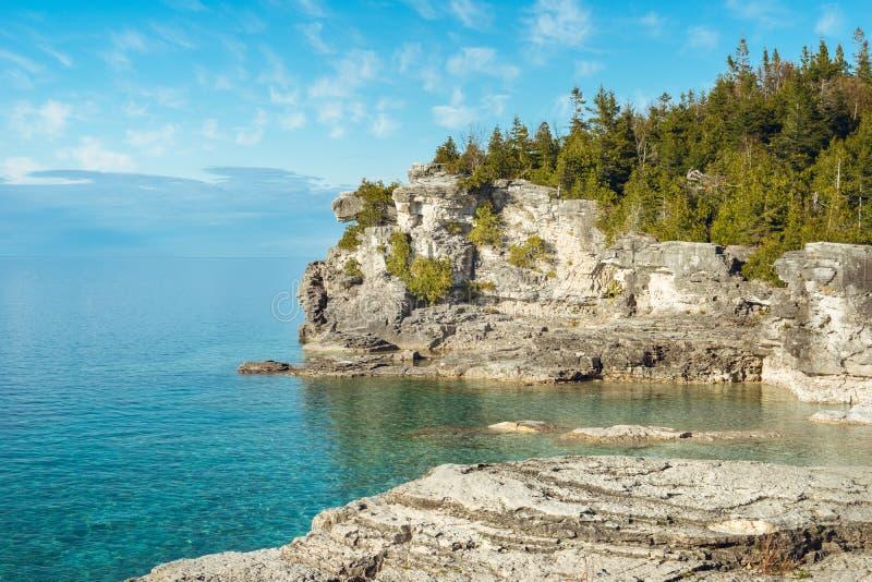 W połowie Rockowy punkt, Bruce półwysepu park narodowy, Ontario zdjęcie royalty free