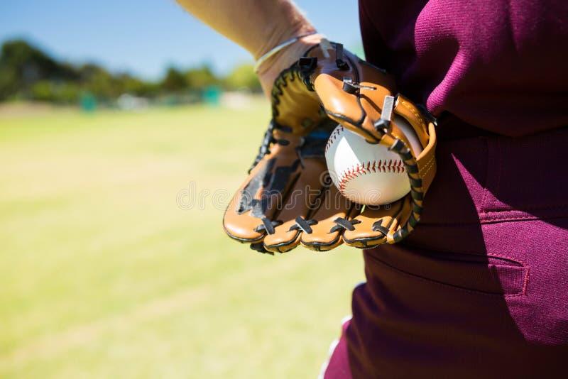 W połowie sekcja baseballa miotacza mienia piłka w rękawiczce fotografia royalty free