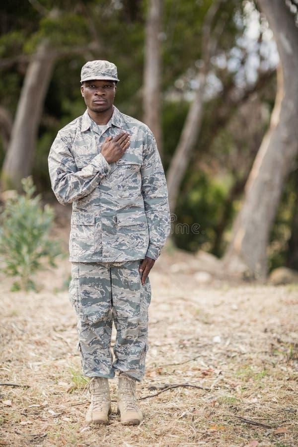 W połowie sekcja bierze przyrzeczenie żołnierz obraz royalty free