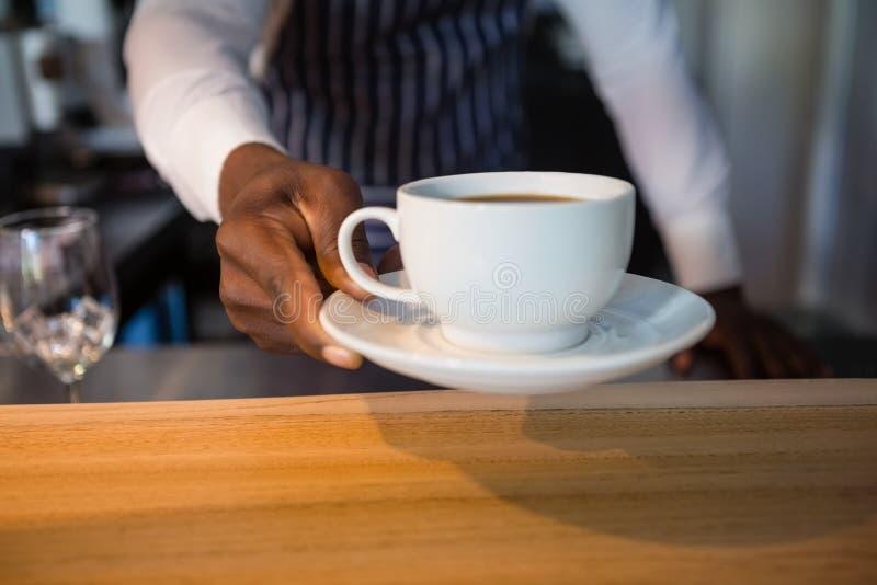 W połowie sekcja daje kawie przy kawiarnią kelner zdjęcie royalty free