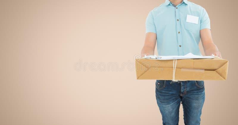 W połowie sekcja doręczeniowego mężczyzna mienia pakuneczka pudełko obraz royalty free