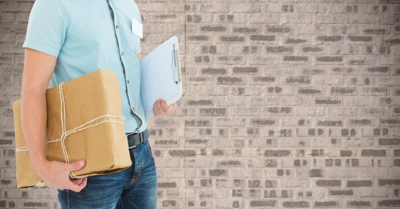 W połowie sekcja doręczeniowego mężczyzna mienia pakuneczka schowek i pudełko ilustracji