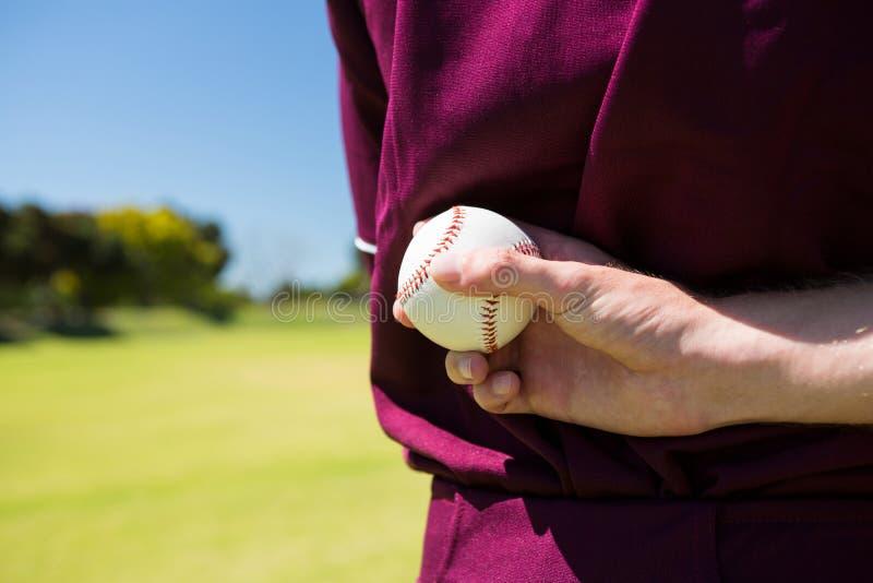 W połowie sekcja gracza baseballa mienia piłka za plecy obrazy royalty free