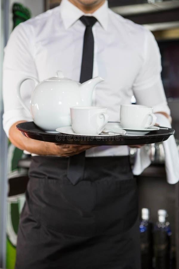 W połowie sekcja kelner porci herbata zdjęcie stock