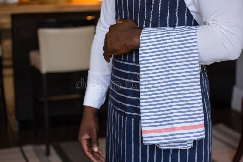 W połowie sekcja kelner pozycja z ręcznikiem obraz stock