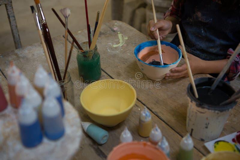 W połowie sekcja maluje puchar dziewczyna zdjęcie royalty free