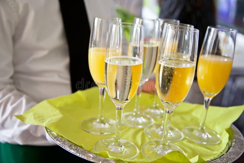 W połowie sekcja widok kelner porci szampan dalej i sok pomarańczowy obraz royalty free