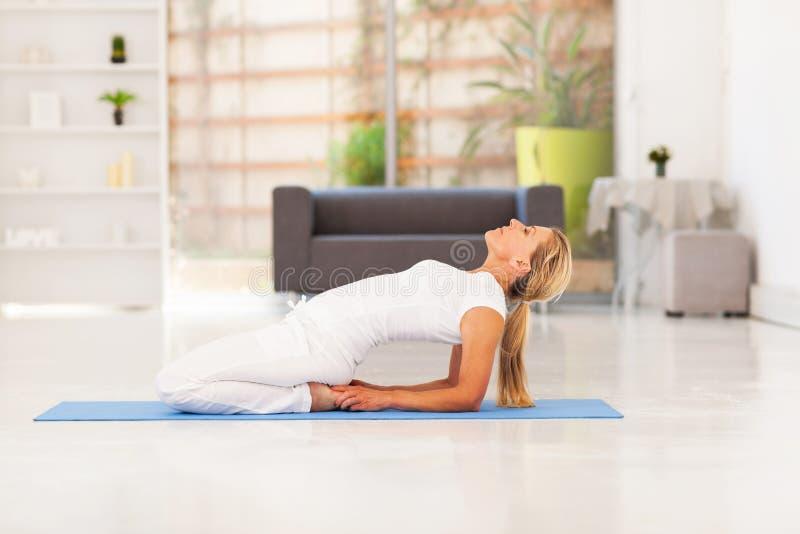 W połowie starzejący się kobiety joga obraz stock