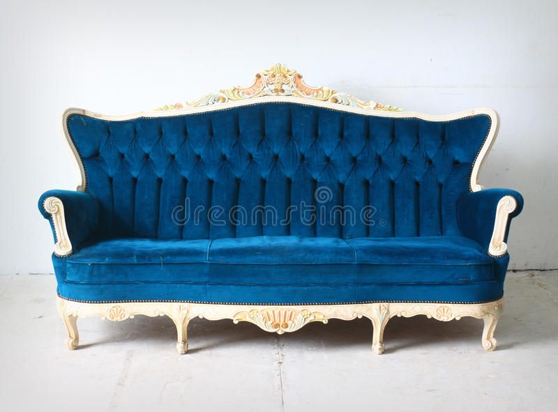 W pokoju błękitny rocznik kanapa zdjęcie stock