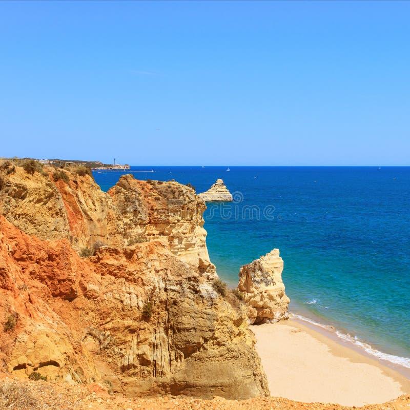 W Portimao rockowy Plażowy Praia. Algarve. Portugalia obraz stock