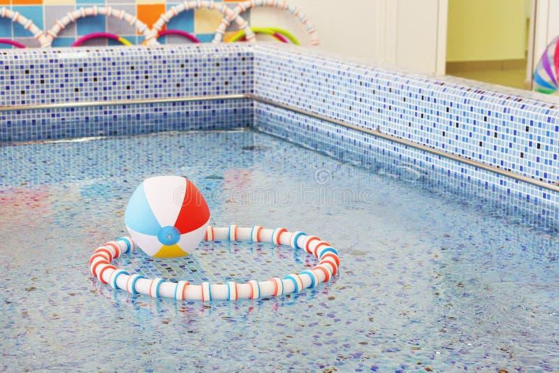 W preschool pływackim basenie zdjęcia royalty free