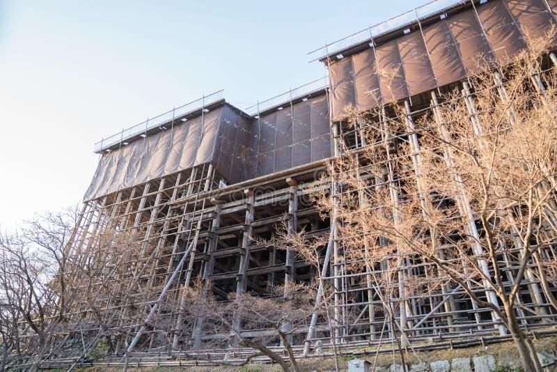 W procesie, przywrócić, naprawa, odnawi Kiyomizu dery świątynnego budynek fotografia stock