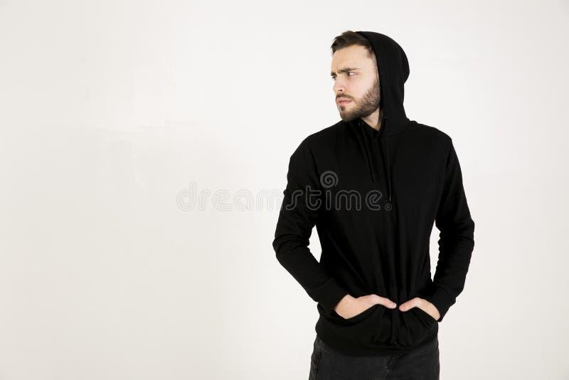 W profilu atrakcyjny młody człowiek z małą brodą w czarnym c obraz stock
