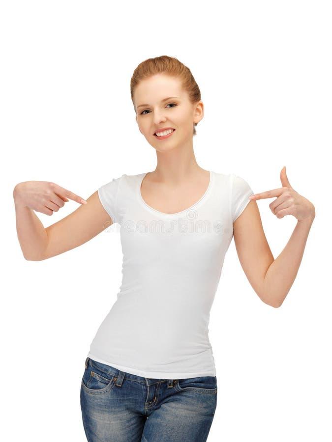 W pustej biały koszulce uśmiechnięta nastoletnia dziewczyna zdjęcie royalty free