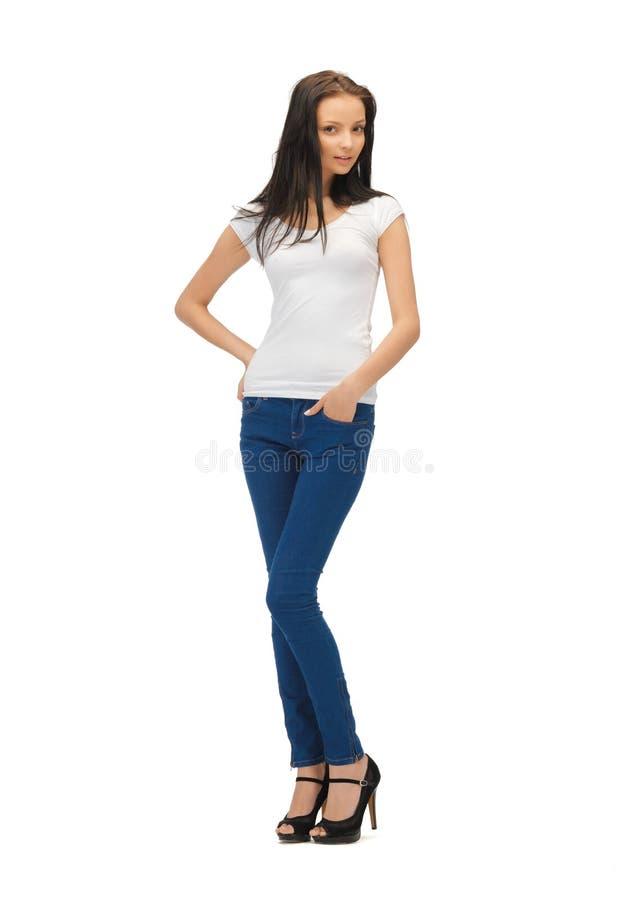 W pustej biały koszulce uśmiechnięta nastoletnia dziewczyna zdjęcia royalty free