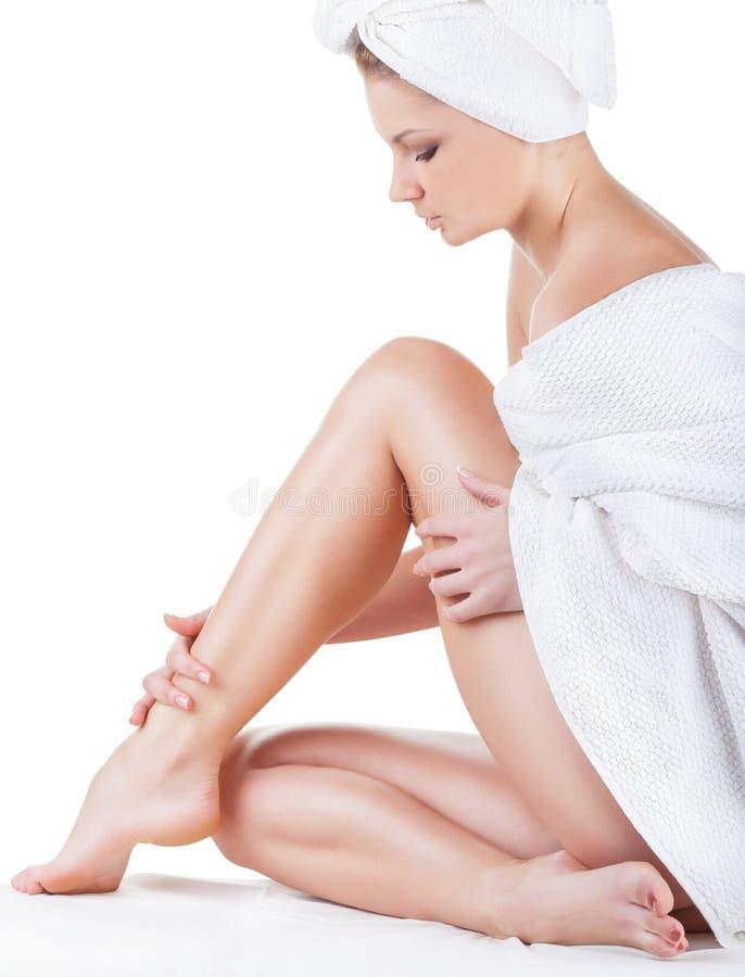 W ręczniku piękna młoda kobieta zdjęcia stock