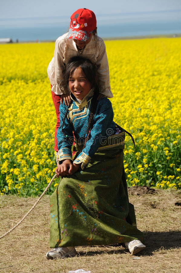 W rapeseed polu tybetańscy dziatwa zdjęcie stock