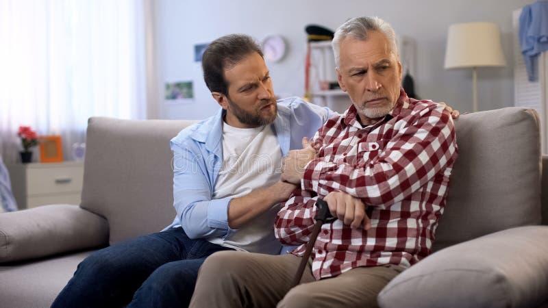 W ?rednim wieku m?ski pociesza emeryta ojciec, cierpi strat? ?ona, depresja fotografia stock