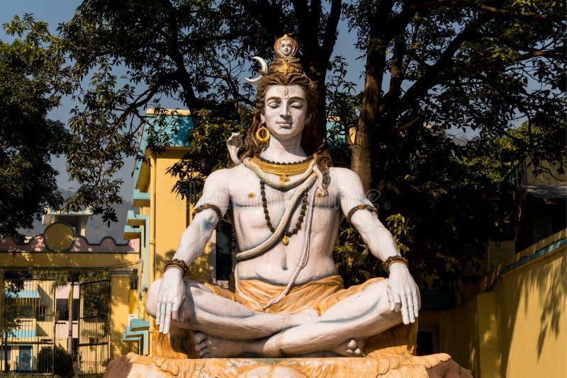 W Rishikesh Shiva statua, India Bóg Shiva siedzi w Lotosowej pozyci i medytuje fotografia royalty free