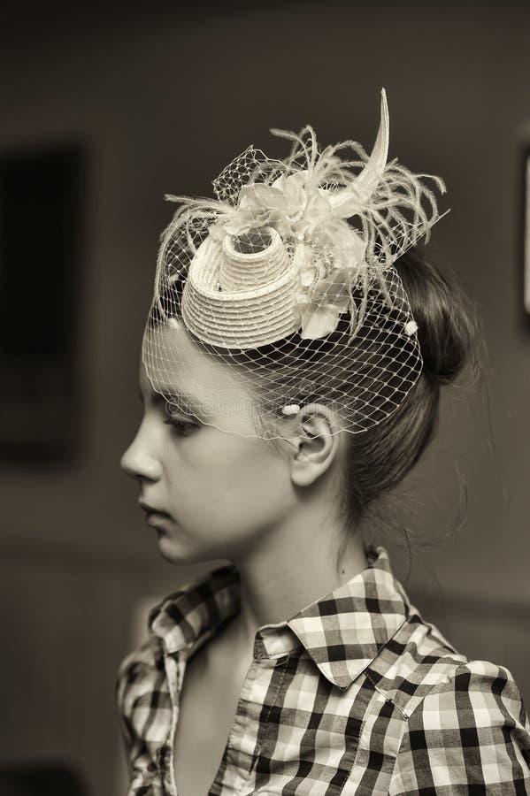 W rocznika kapeluszu piękna dziewczyna zdjęcia royalty free