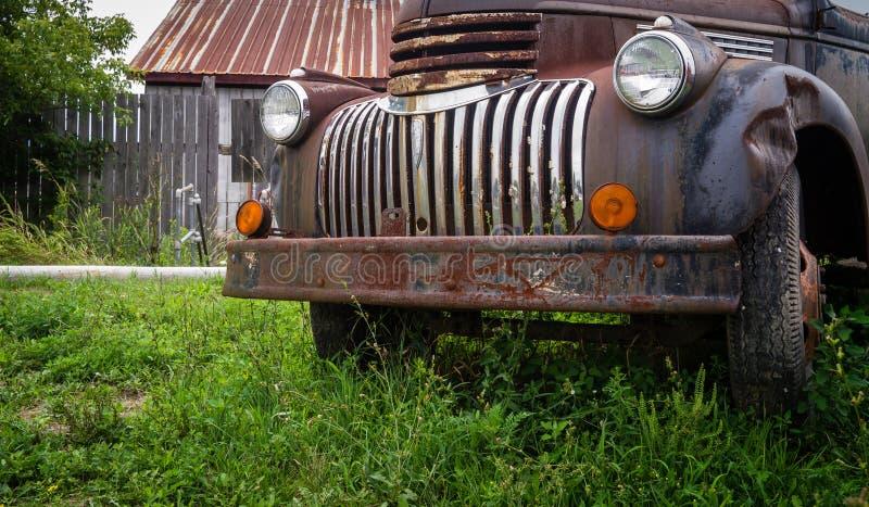 W rolnym polu ośniedziała stara ciężarówka fotografia royalty free